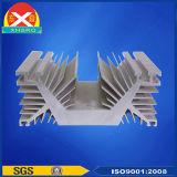 突き出されたアルミニウムは電力増幅器で使用される脱熱器の側面図を描く