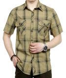 Gli uomini mettono la camicia in cortocircuito classica blu di stile del manicotto