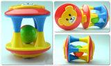 O brinquedo bonito plástico dos chocalhos do urso da peluche para miúdos tem o divertimento