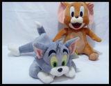 O bebê caçoa a boneca animal do brinquedo do macaco do gato do luxuoso peludo