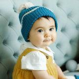 Le chapeau de laine des nouveaux enfants de modèle