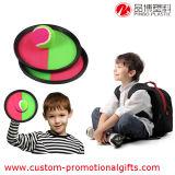 Il bambino di sport esterno gioca intorno alla racchetta appiccicosa di plastica