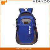 La course d'élève augmentant le trekking s'élevant de sac à dos de sac de montagne balade des sacs à dos