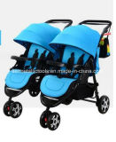 二重シートが付いている赤ん坊の対のベビーカー