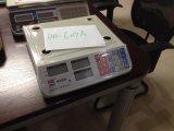 台所スケール(DH-607A)の重量を量るデジタル