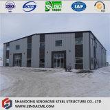 Gruppo di lavoro isolato della struttura d'acciaio con zona dell'ufficio
