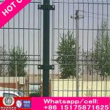 PVCが付いている高い方法塀は、また緑化したり、青、黄色および赤いカラーCalle 358の塀塗った
