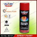 El coche reacaba la pintura de aerosol de uso múltiple de aerosol