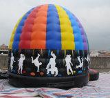 Aufblasbare Kinder, die Prahler mit Disco-Thema-Drucken springen