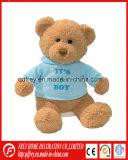Beau jouet de bébé d'ours de nounours avec le T-shirt