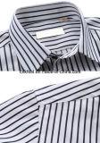 長い袖の左の胸ポケットが付いている白黒縞のワイシャツ