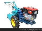 Landbouwbedrijf die het Lopen van de Hand Tractor met behulp van