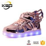 子供の晋江で満たすUSBケーブルが付いている特別で新しい翼デザインライトLEDによって艶をかけられる靴