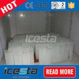 Acqua salata che raffredda l'alta macchina del ghiaccio in pani di produzione
