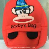 La figura del mono del regalo del adolescente embroma la cartera
