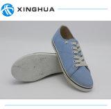 Lacer vers le haut les chaussures occasionnelles bleues profondes