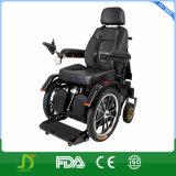 무능한 사람을%s 힘 전자 휠체어를 위로 서 있는 새로운 의학 기능상실