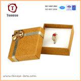 Hermoso anillo decorativo de embalaje caja de regalo con la cinta