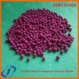 A alumina ativada imerge no líquido do permanganato do sódio como o adsorvente