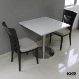 固体表面のテーブルの上のカスタムテーブルの上