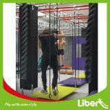 Gran parque de trampolín interior con el curso de Ninja