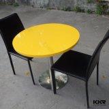 現代円形の黄色い固体表面のコーヒーテーブル