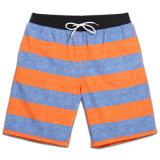 Sommer-Ausdehnungs-StreifenSwim der Männer, der kurze Badebekleidung surft