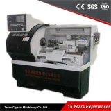 El torno a estrenar trabaja a máquina la pequeña máquina del torno del CNC de Ck6132A