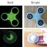 Il tri indicatore luminoso luminoso del filatore della mano di irrequietezza in giocattoli scuri della barretta del Tri-Filatore di EDC allevia l'autismo Adhd di ansia per il bambino & l'adulto