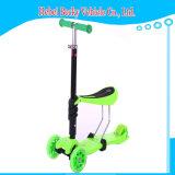 빛을%s 가진 세발자전거 걷어차기 스쿠터가 1개의 스쿠터에 대하여 새로운 아이에 의하여 2 앉고 미끄러진다