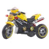 La conduite de gosses de l'enfant neuf de moto sur le véhicule