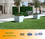 Relvado sintético da grama usado para a área pública