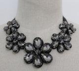 Halsband van de Juwelen van de Kraag van de Nauwsluitende halsketting van het Kostuum van het Kristal van de Bloem van de manier de Ruige (JE0066)
