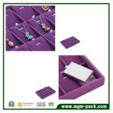 Plateau pourpré d'étalage de bijou de velours de qualité