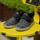 As sapatas brilhantes do diodo emissor de luz do plutônio do couro à moda da sapatilha com iluminam acima a sola