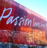 La publicidad al aire libre considera a través la bandera del acoplamiento, haciendo publicidad de banderas de la calle