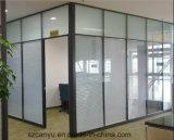 Divisorio per quattro persone della stazione di lavoro dell'ufficio moderno con il Governo di Kneehole