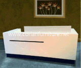 Corianのアクリルの固体表面によって切り分けられるレセプションのカウンター