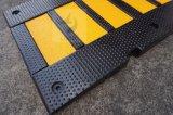 黄色い反射部分が付いているゴム製速度のこぶ