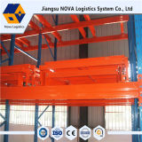 Blauer Hochleistungsrahmen und orange Träger drücken zurück stark beanspruchen