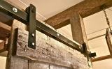 Новая деревянная дверь сползая оборудование двери амбара