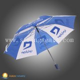 Mannal öffnen den drei Falten-Regenschirm