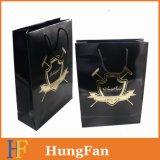 Schwarzer Papierbeutel mit Goldheißem stempelndem eingebranntem Firmenzeichen