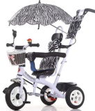 세발자전거 아기 세발자전거가 1대의 아이들 세발자전거에 대하여 새로운 도착에 의하여 4 농담을 한다