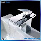 Mélangeur en laiton de bassin de trou simple de cascade à écriture ligne par ligne de support de paquet