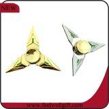 Hilandero de la mano de la persona agitada del dedo de cobre amarillo de Torqbar del triángulo del metal tri