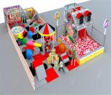 Campo de jogos interno do tema dos doces do divertimento do elogio