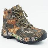 人は靴をハイキングする屋外の履物のスポーツのカムフラージュを防水する
