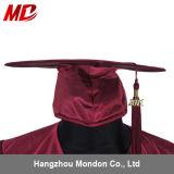 Chapeau de graduation de lycée avec le rouge foncé brillant adulte de gland