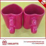 A caneca de café cerâmica nova ajustou-se com forma do coração para presentes